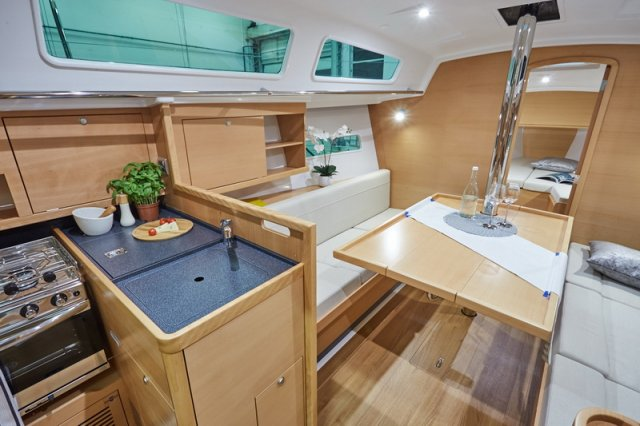 Trend Travel Yachting, Jeanneau Sun Odyssey 319. Küche und Esstisch