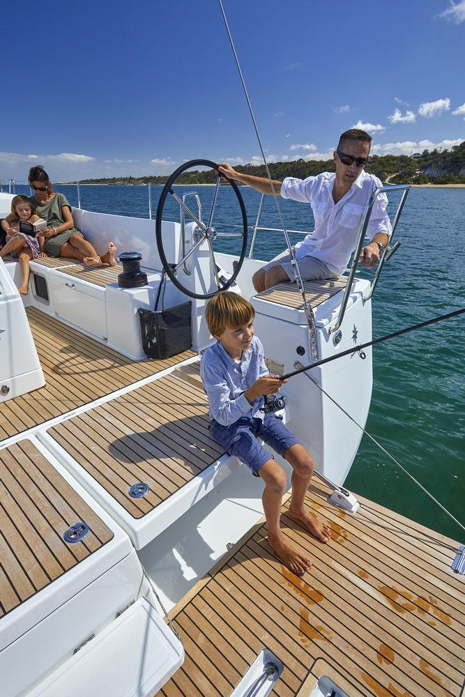 Trend Travel Yachting Jeanneau Sun Odyssey 490, Chartern oder Kaufen. Angeln auf der Badeplattform (2)