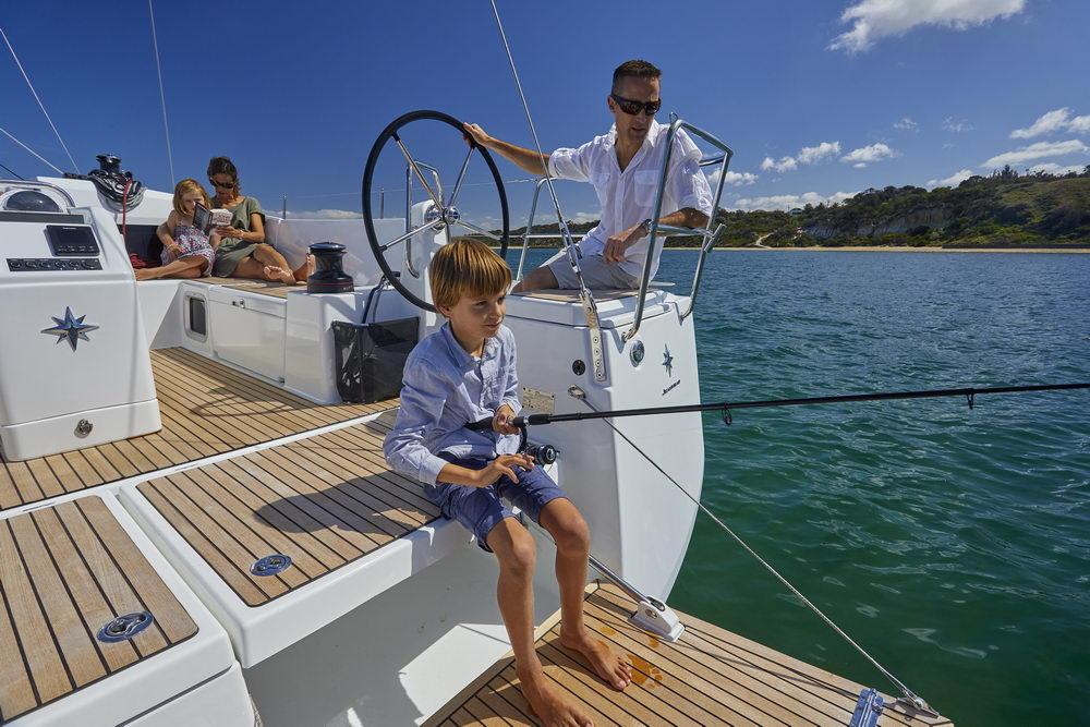 Trend Travel Yachting Jeanneau Sun Odyssey 490, Chartern oder Kaufen. Angeln auf der Badeplattform.