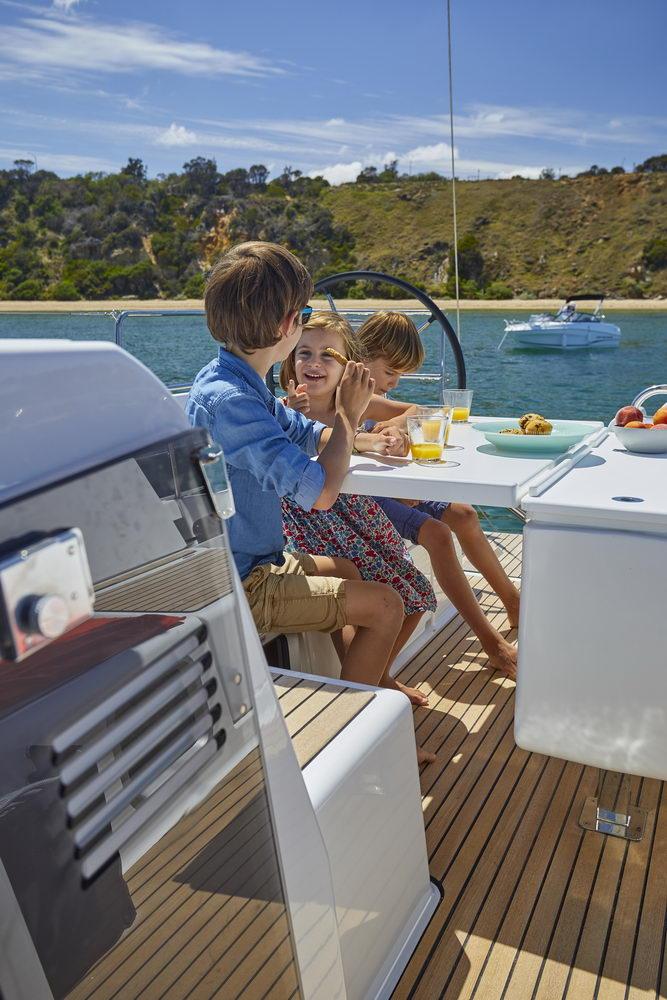 Trend Travel Yachting Jeanneau Sun Odyssey 490, Chartern oder Kaufen. Essen im Cockpit (2)