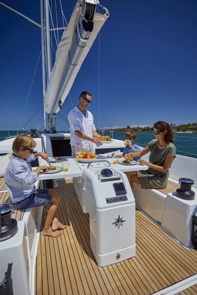 Trend Travel Yachting Jeanneau Sun Odyssey 490, Chartern oder Kaufen. Essen im Cockpit.