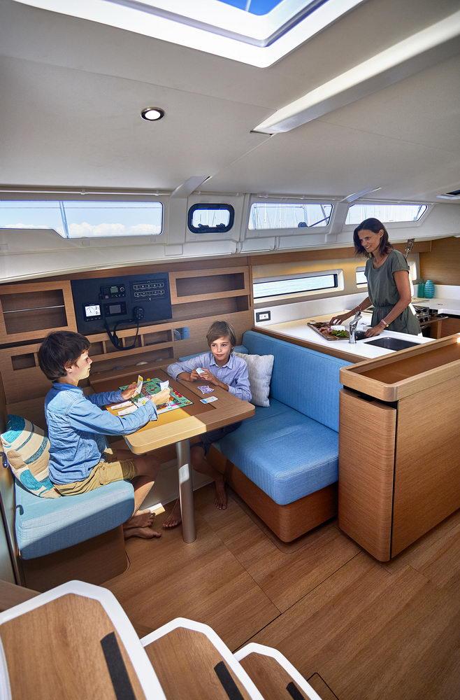 Trend Travel Yachting Jeanneau Sun Odyssey 490, Navigationstisch. -2