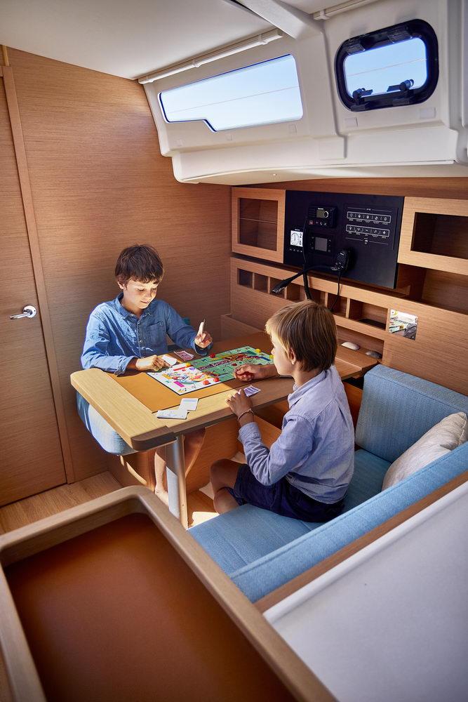 Trend Travel Yachting Jeanneau Sun Odyssey 490 Navigationstisch