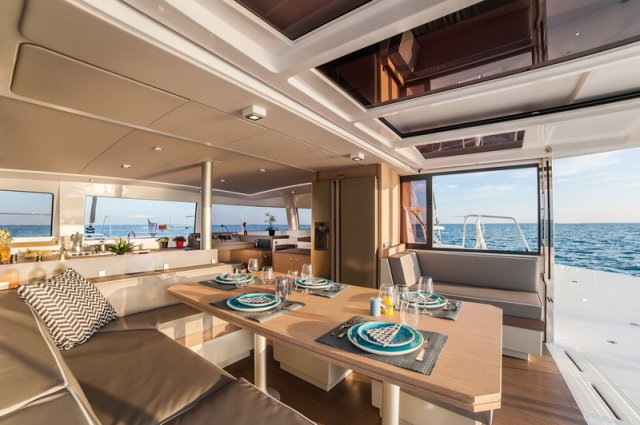 Trend Travel Yachting Bali 4.3 Katamaran. Loft Lounge Salon und Esstisch.