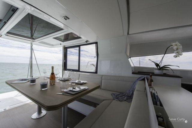 Trend Travel Yachting, Bali 4.0 Katamaran, Esstisch mit herrlichem Ausblick