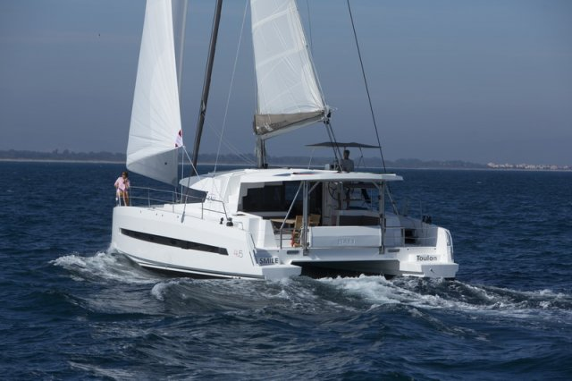 Trend Travel Yachting, Bali 4.5 Katamaran unter Segeln auf See