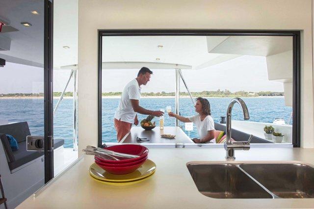 Trend Travel Yachting, Bali 4.5 Katamaran, Ausblick aus dem Küchenfenster
