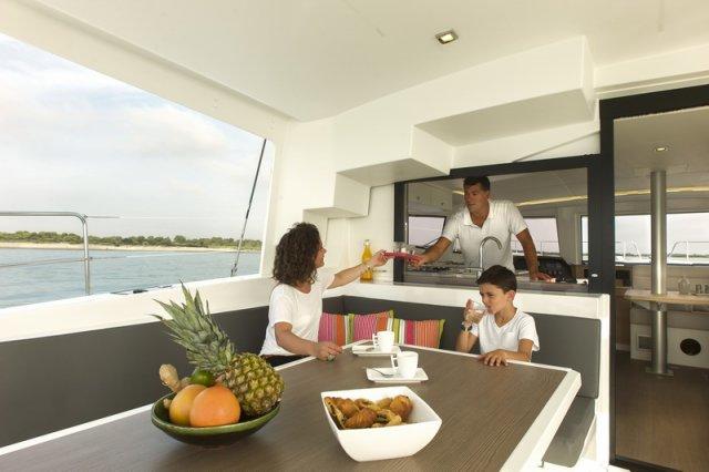 Trend Travel Yachting, Bali 4.5 Katamaran, Esstisch
