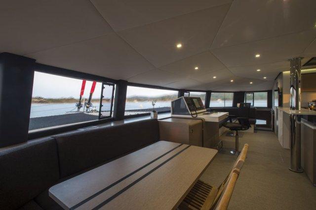Trend Travel Yachting NEEL 65 Trimaran Navigationstisch