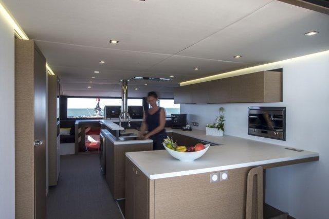 Trend Travel Yachting NEEL 65 Trimaran, große Küche (2)