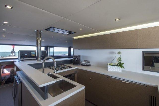 Trend Travel Yachting NEEL 65 Trimaran, große Küche