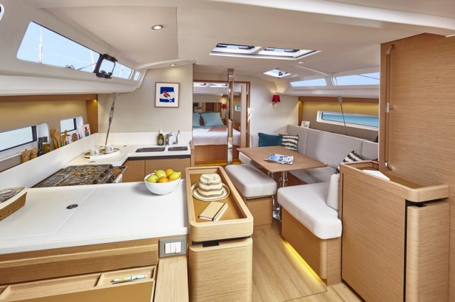 Trend Travel Yachting, Jeanneau Sun Odyssey 440, Yacht of the Year 2018. Esstisch + Küche