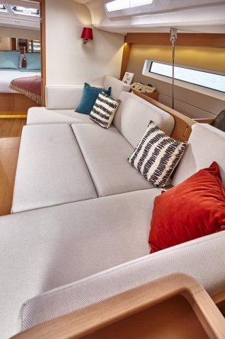 Trend Travel Yachting, Jeanneau Sun Odyssey 440, Yacht of the Year 2018. Schlafcouch